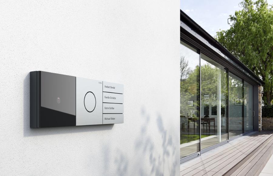 Gira-System-106-Galerie-Exterior-Tuerstation-Quer-Aluminium-900x582px_15296_1490693788